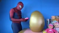 现实生活中的超级英雄巨大金色惊喜蛋宝宝活娃娃旅程与女蜘蛛侠