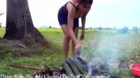柬埔寨美女姑娘竹筒煮鱼,原生态乡村特色美食