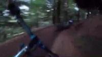 赛车手在森林中上演速度激情8
