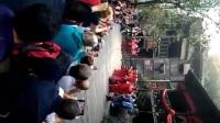 在三峡人家观看土家族节目