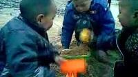 小孩玩挖机_标清