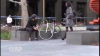 【国外热门搞笑视频】性感美女大街上玩膝上舞恶作剧!众人神反应