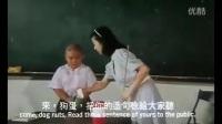 赫邵文讲台上读自己的作文,一旁的翁虹老师想抽他