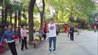 老外第一次见到中国小区的健身器材时的反应,被大爷的鞭子吓着了