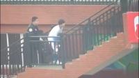 tfboys四周年演唱会直播:王俊凯蓝发抢眼 易烊千玺热舞撩人《时代》路透:调皮爬楼梯偷瞄被打屁股