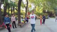 歪果仁体验中国公园式健身,学广场舞,被大爷的鞭子吓到了