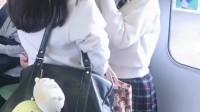 日本电车上悄悄拍摄上学的女高中生,她们的校服挺好看啊!