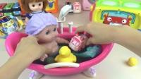 孩子在洗浴的时候有一只可爱的海豚在陪伴