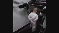 坑货老爸把宝宝放到跑步机上,随着速度越来快宝宝一脸懵