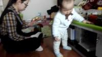 唐山大醒醒(温悦铭)周末在妈妈陪伴下能独立玩小桌上的东西了