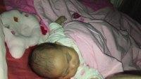 睡觉脱离枕头的宝宝