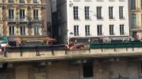 巴黎圣母院旁的马队