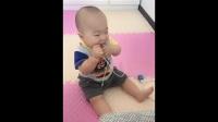 宝宝嘴咬着充电器线, 宝宝是要给自己拔牙吗?