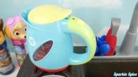 微波炉和搅拌机厨房玩具就像家用电器和爪子巡逻队给孩子们惊喜