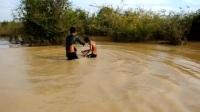 农村男孩在河中放置捕鱼笼, 收笼时, 竟捕到这恐怖生物