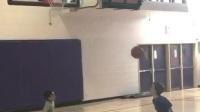 两个不够三个篮球高的小矮子玩起了花样篮球, 哈哈这恐怕还没詹姆斯的膝盖高吧