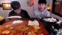 【韩国吃播】兄弟俩吃播亲自做的炒年糕2016_10
