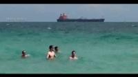 男子用超逼真鲨鱼道具恶搞游客 竟当场吓晕一名