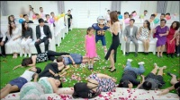 为抢到新娘的捧花, 于莎莎真是拼了, 直接穿上橄榄球的装备