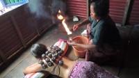 欧洲美女到柬埔寨体验拔火罐, 全身插满30多个罐子很恐怖!