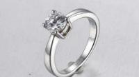男友跪地向我求婚,我接过戒指直接摔地上,跟他说分手