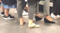 骚年骚说: 女人们下雨天穿什么? 原来高跟鞋怕水, 还是不穿丝袜光脚吧!
