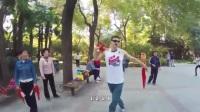 老外第一次见到中国小区的健身器材时的反应, 被大爷的鞭子吓着了