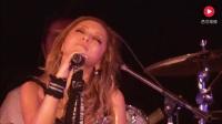 滨崎步大雨中霸气的演唱,无愧亚洲天后之名!
