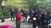 驴姐姐实拍: 杭州西湖边一漂亮阿姨唱《党啊亲爱的妈妈》引来无数游客