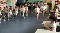 流行的鬼步舞已跳进学校了 连老师们都看的发呆