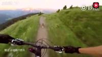 法国一自行车手越野的时候,遇到一只土拨鼠,一路狂奔!