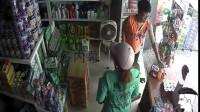母亲带儿子来超市买奶粉, 店员小哥正忙着收钱, 监控却拍下这一幕
