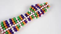 有趣的手臂黏住彩虹的珠子的游戏。和妈妈一起自制漂亮的彩虹蛋糕