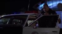 虎胆龙威 国语版 抛尸砸警车另类求救吓瘫警察
