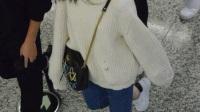 倪妮机场街拍,破洞毛衣搭配牛仔裤,疯的像刚被放出来的猴子一样