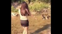 新时尚啊, 妹子穿着渔网袜在小河里赶鸭子是一种什么感受-_标清