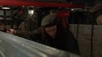 极度深寒 电气师潜入仓库遭扁 朋友举枪救友
