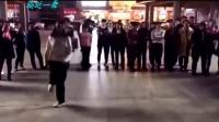 美女晚上在广场跳鬼步舞, 旁边的小伙子看了一会也跟着跳了起来!