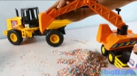 挖掘机把彩色石块装上卡车工作视频表演 儿童拖车拉老虎
