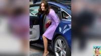 不服不行 凯特王妃紫色束腰裙 中分卷发笑容迷人 170722