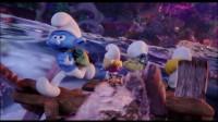 蓝精灵救下溺水的格格巫,却遭格格巫推搡下水