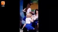 女大學生舞臺突然不斷扭動身體, 隨后一幕讓人措手不及!迅雷下載