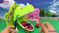 小猪佩奇和光头强玩饥饿的鳄鱼恐龙过家家亲子游戏 136