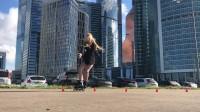 俄罗斯轮滑女神Sofia莫斯科商业大楼前即兴花桩表演,一首《Crazy In Love》惊艳撩人