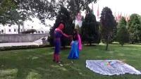 乡村蜘蛛侠艾莎公主把拖戏当成了手机打