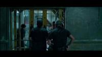 监狱狂欢,犯人与狱卒打成一团,吴京最后的机会