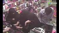 三姐妹蒙着黑面巾来买手机, 突然感到不对劲, 监控拍下这一幕!