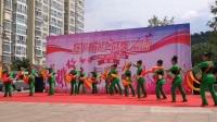 东城国际社区舞蹈队顶着教练老师不在的压力,参加这次欢乐崂山群舞飞扬,第三届广场舞大赛,演出腰鼓爱我中华