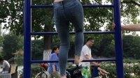 福利啊!美女穿紧身牛仔裤爬上去 站在后面的人太有福了