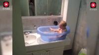 小宝宝玩水, 尿不湿意外肿成一大包, 小宝宝接下来的举动亮了